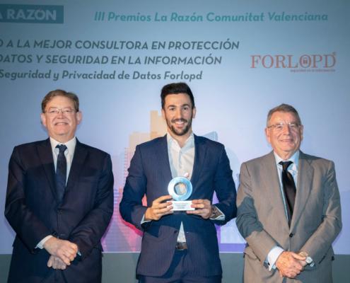 Mario Ramírez recogiendo el premio a la mejor consultora de protección de datos